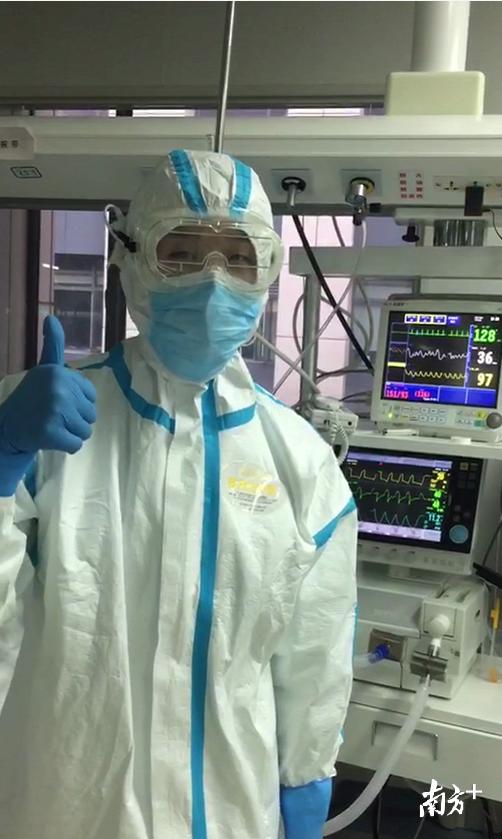 一线医务人员佩戴烯旺科技研发的石墨烯防雾护目镜