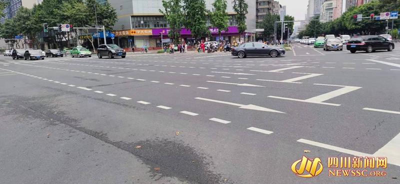 """如今的八宝街路口,用简约的""""待行区""""标志着精细化交通组织的时代变迁 (2).jpg"""