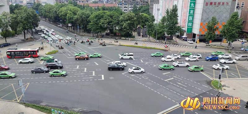 """如今的八宝街路口,用简约的""""待行区""""标志着精细化交通组织的时代变迁.jpg"""